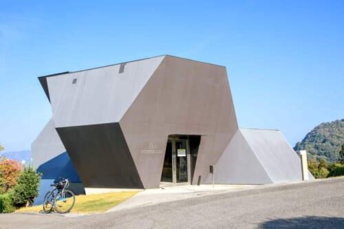 Erreicht das Toyo Ito Museum über die Shimanami Kaido mit dem Fahrrad.