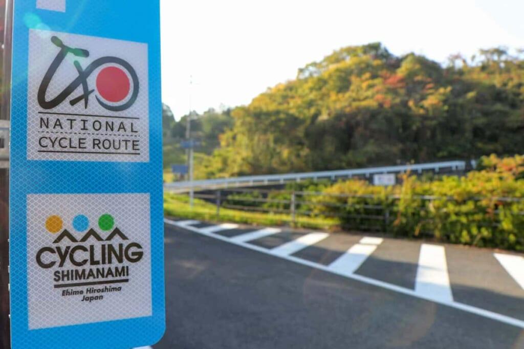 Die Route ist mit blauen Schildern gekennzeichnet.