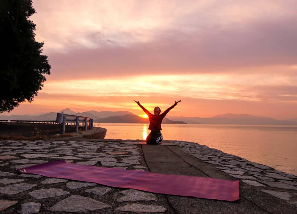 Yoga im Sonnenuntergang.