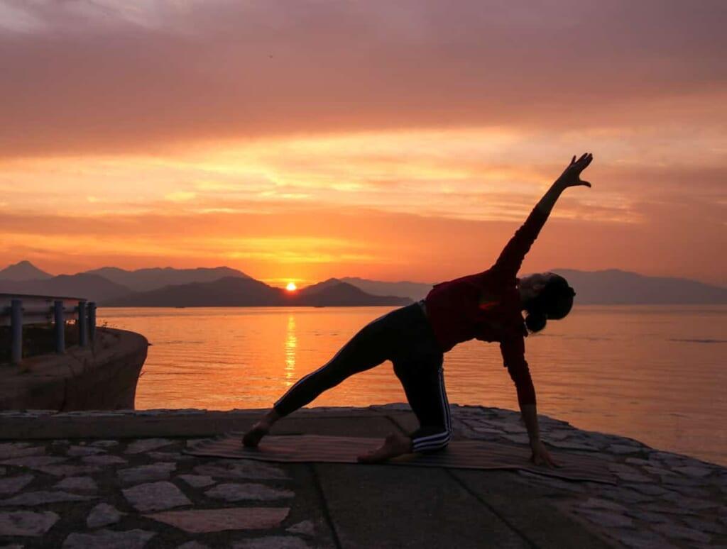 Yoga im Sonnenuntergang auf der Insel Iwagi.