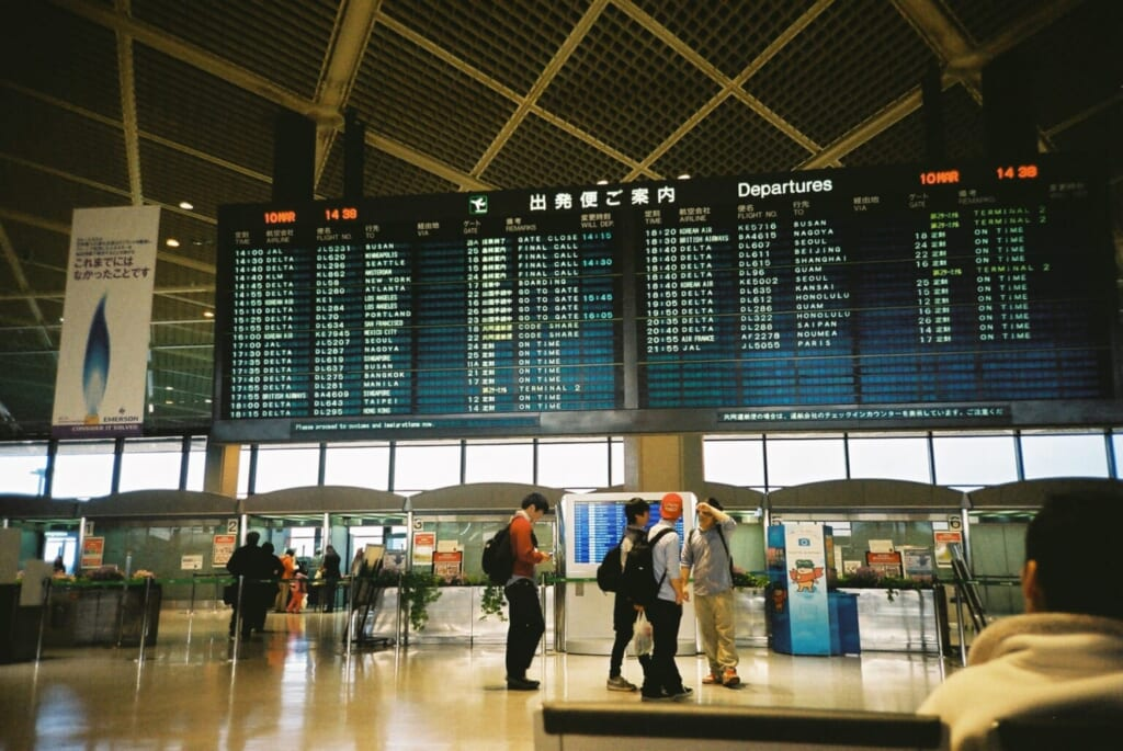 Abflugtafel am Flughafen Narita, Tokio.