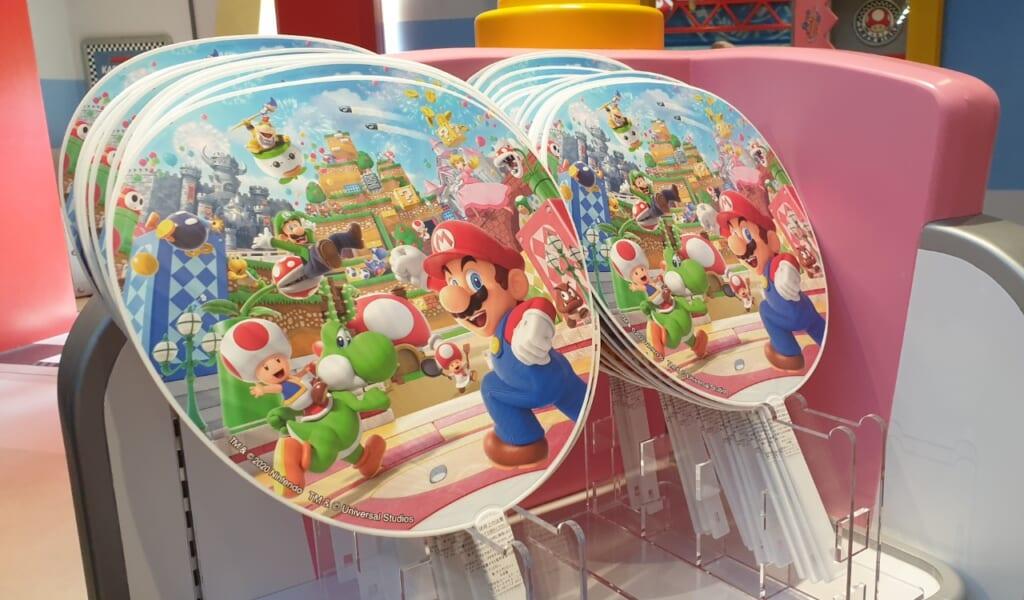 Super Nintendo World: Fächer für den Sommer.
