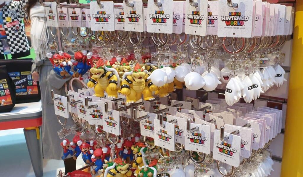 Verschiedene Schlüsselanhänger in der Super Nintendo World.
