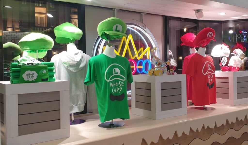 Einkleiden wie Mario und Luigi mit T-Shirts und Mützen.