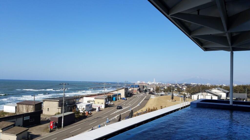 Das Umigatari Jōetsu Aquarium luegt direkt am Meer.