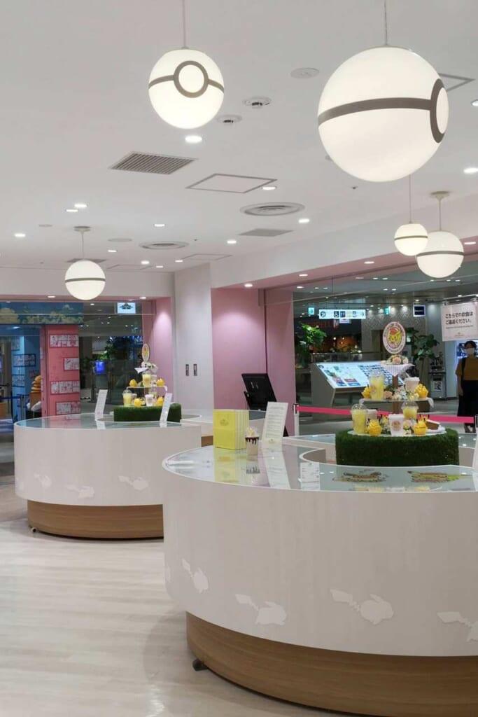 Die Thekenbereiche im Pikachu Sweets vom Pokémon Café in Tokio, Ikebukuro.