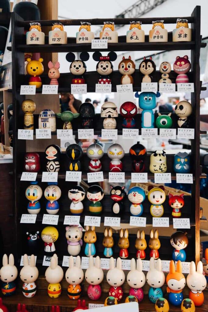 Kokeshi mit verschiedenen Charakteren.