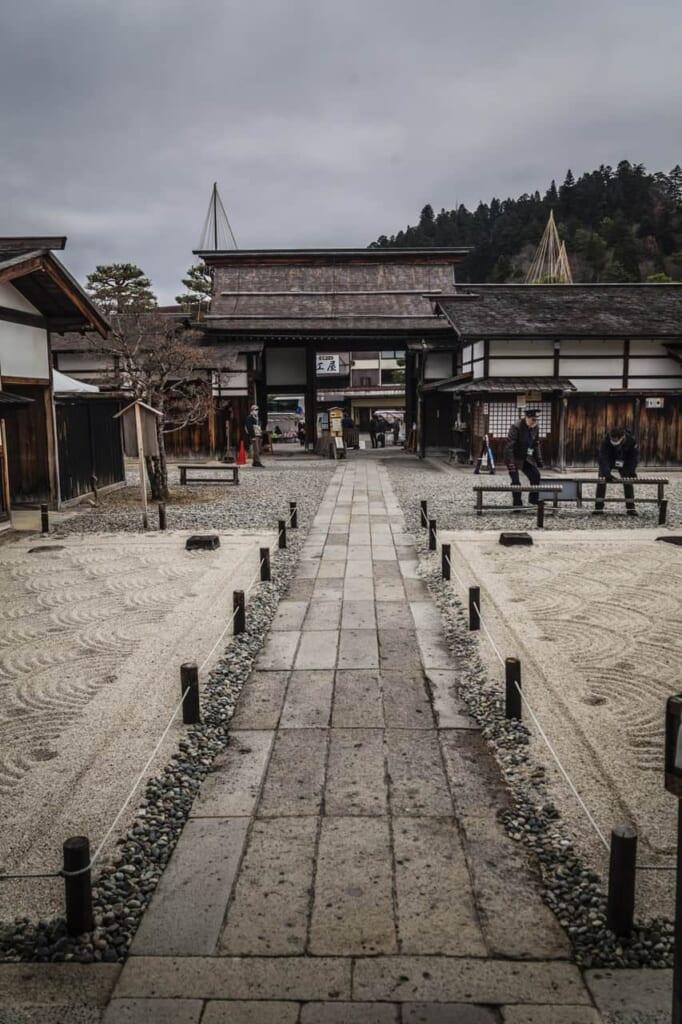 Der Takayama Jinya ist mit dem Hokuriku Arch Pass erreichbar.