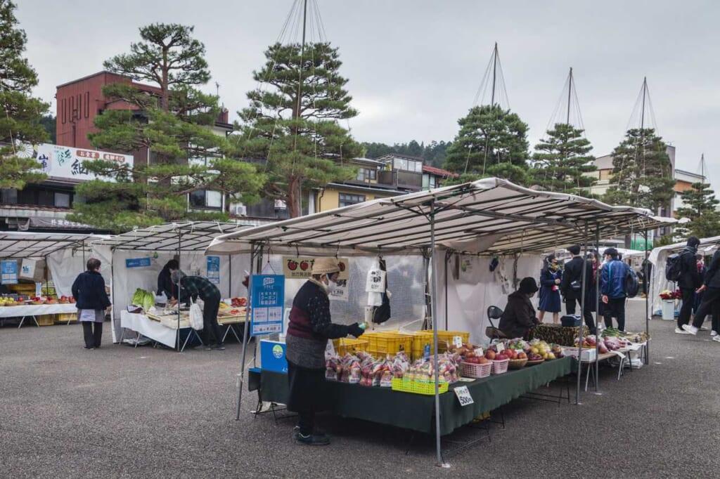 Der morgendliche Markt vor dem Takayama Jinya.