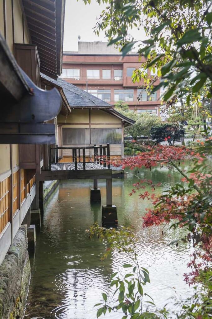 Ein angelegter Teich im Yokokan Garten.