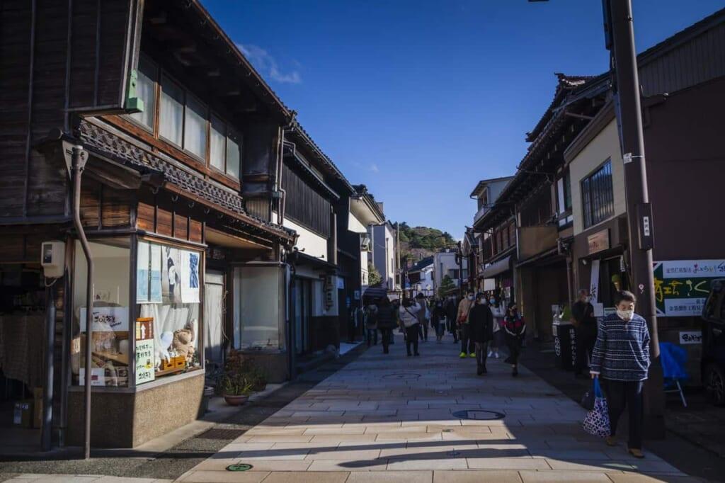 Higashi Chayagai, erreichbar mit dem Hokuriku Arch Pass.