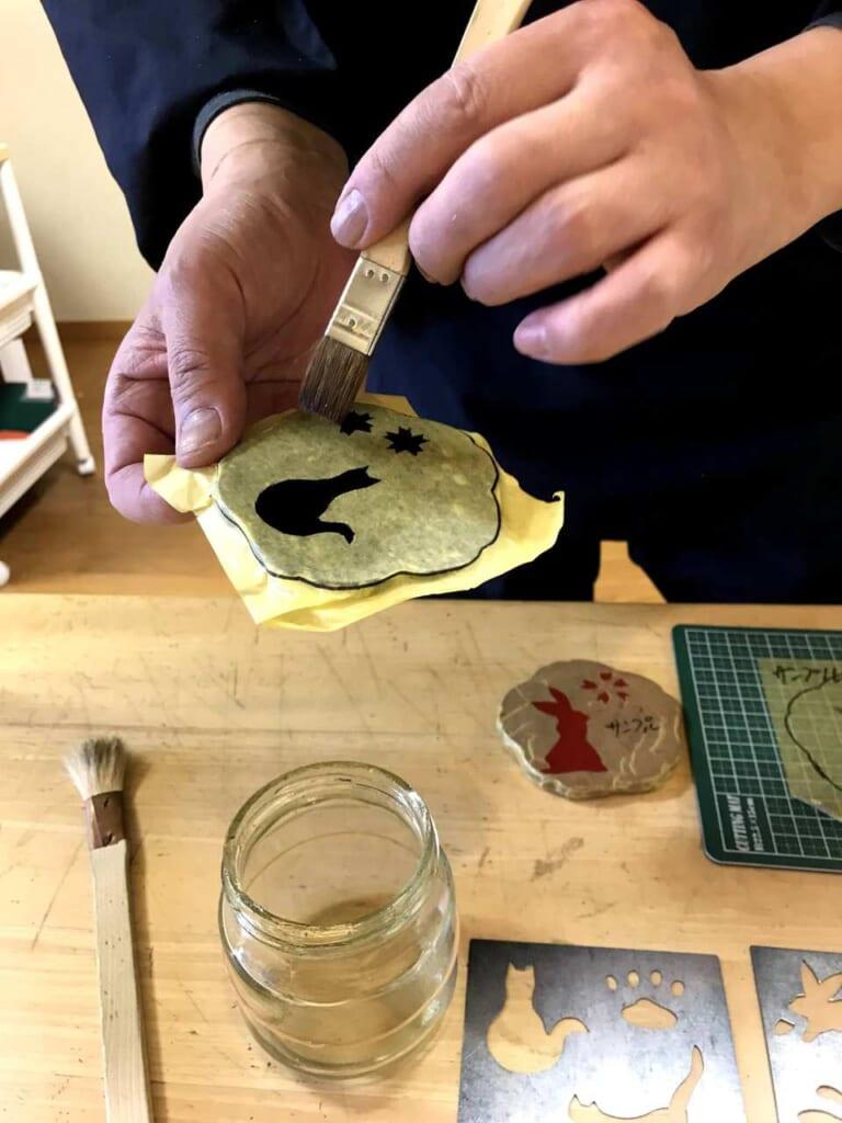 Wählt euer eigenes Muster aus im Blattgold-Workshop von Kinpakuya Sakuda.