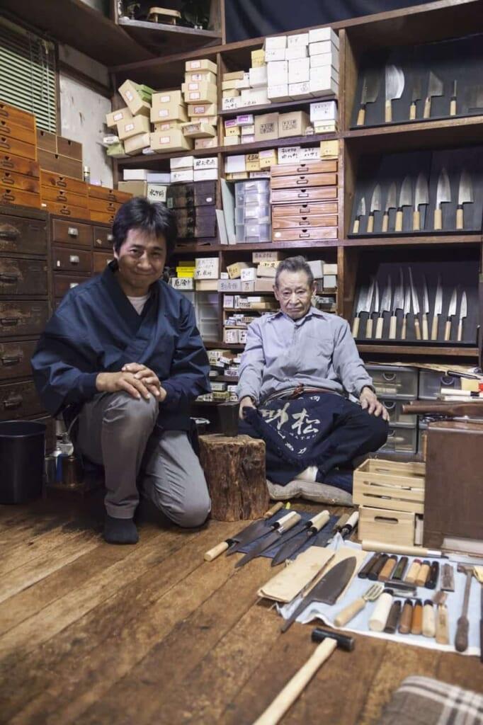 Die Handwerker von Wada Shoten, erreichbar mit dem Hokuriku Arch Pass.