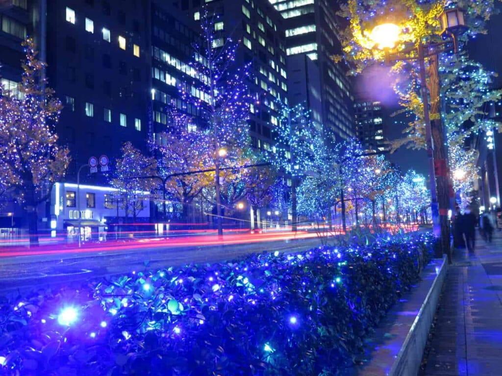 Beleuchtung auf der Midosuji Avenue, erreichbar mit dem Hokuriku Arch Pass.