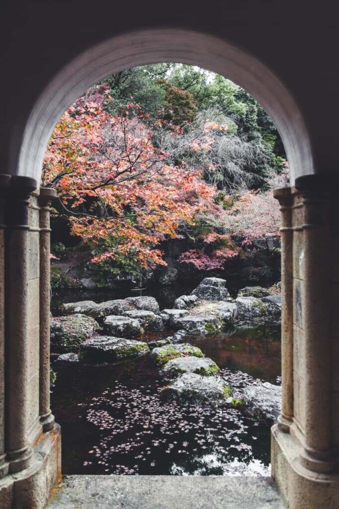 Blick in den Garten des Asahi Beer Oyamazaki Kunstmuseums.