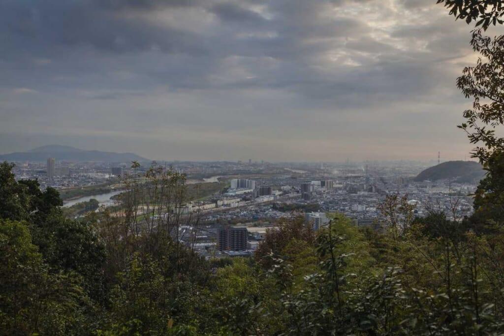 Hokuriku Arch Pass: Panoramablick auf Kyoto vom Gipfel des Berges Tennozan.