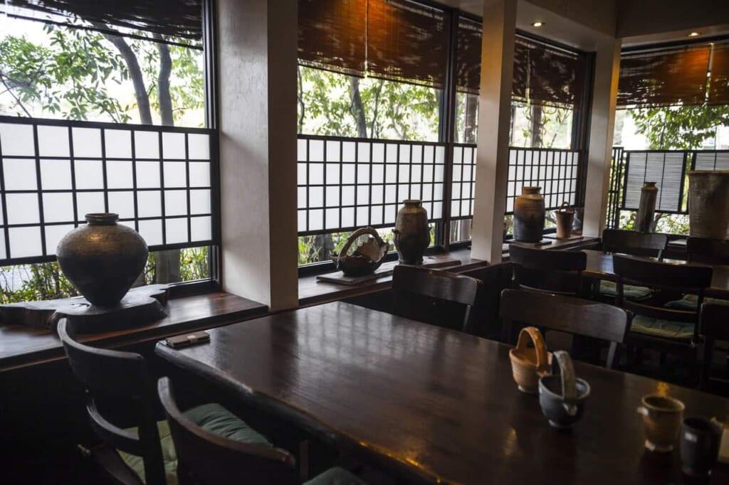 Handgemachte Keramik im Restaurant Issuian, erreichbar mit dem Hokuriku Arch Pass.