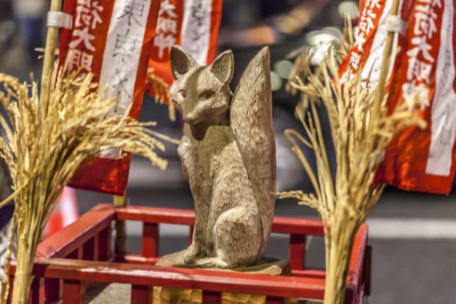 Der Ehrengast auf dem Kitsune no Gyoretsu Fest in Oji zu Silvester in Tokio.