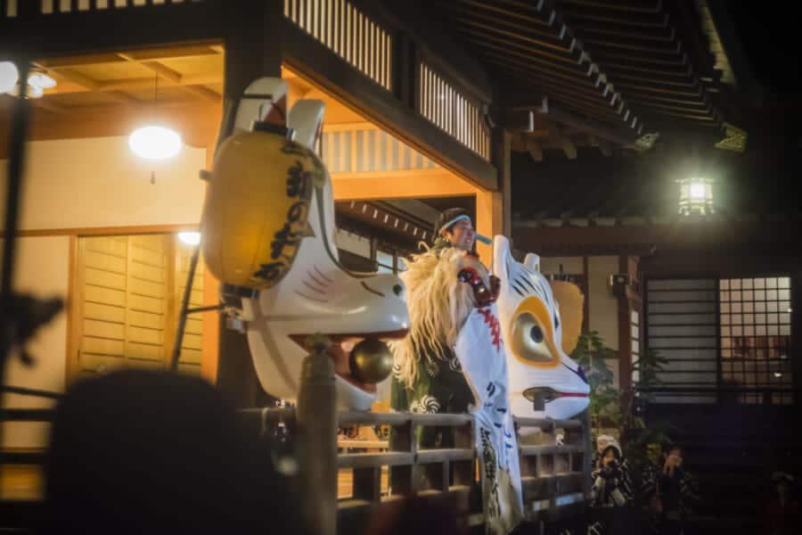 Der Kagura ist ein ritueller shintoistischer Tanz zu Ehren der Götter.
