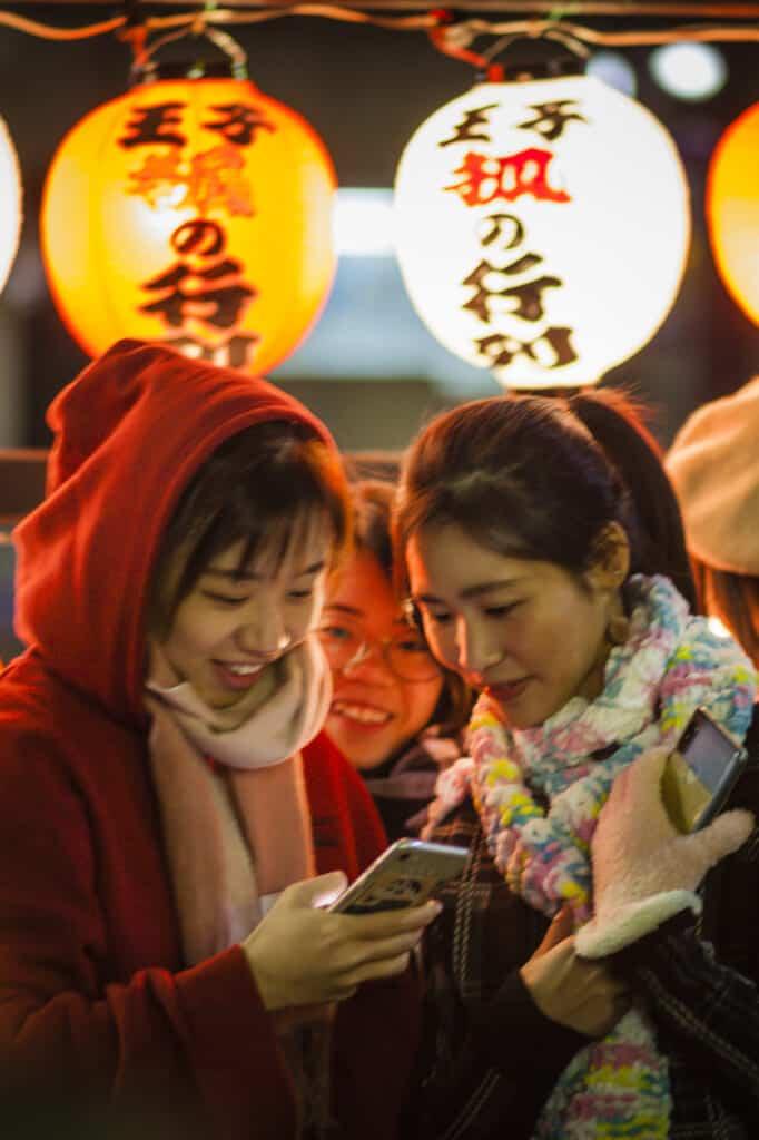 Besucher auf dem Kitsune no Gyoretsu Fest in Oji, Tokio.