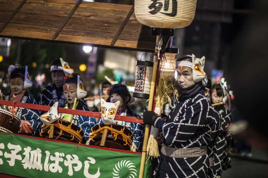 Traditionelle Kostüme auf dem Kitsune no Gyoretsu Festival.