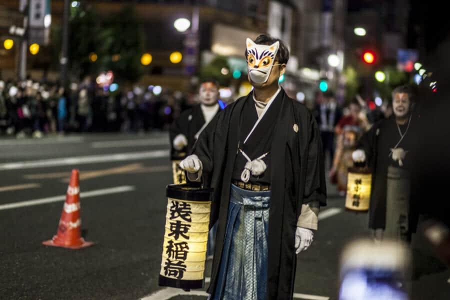 Erwerbt Fuchsmasken auf dem Fest.
