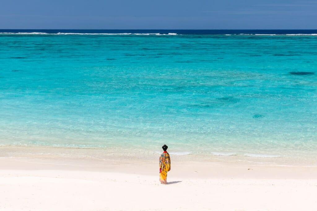 Okinawas weiße Sandstrände und das türkisblaue Meer.