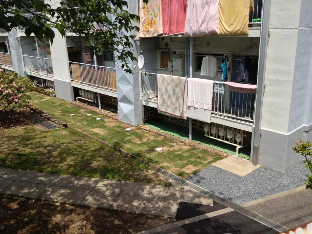 Futon wird auf einem Balkon gelüftet.