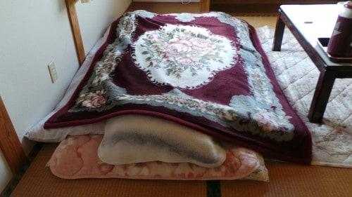 Futon mit einer zusätzlichen Deckefür den Winter.