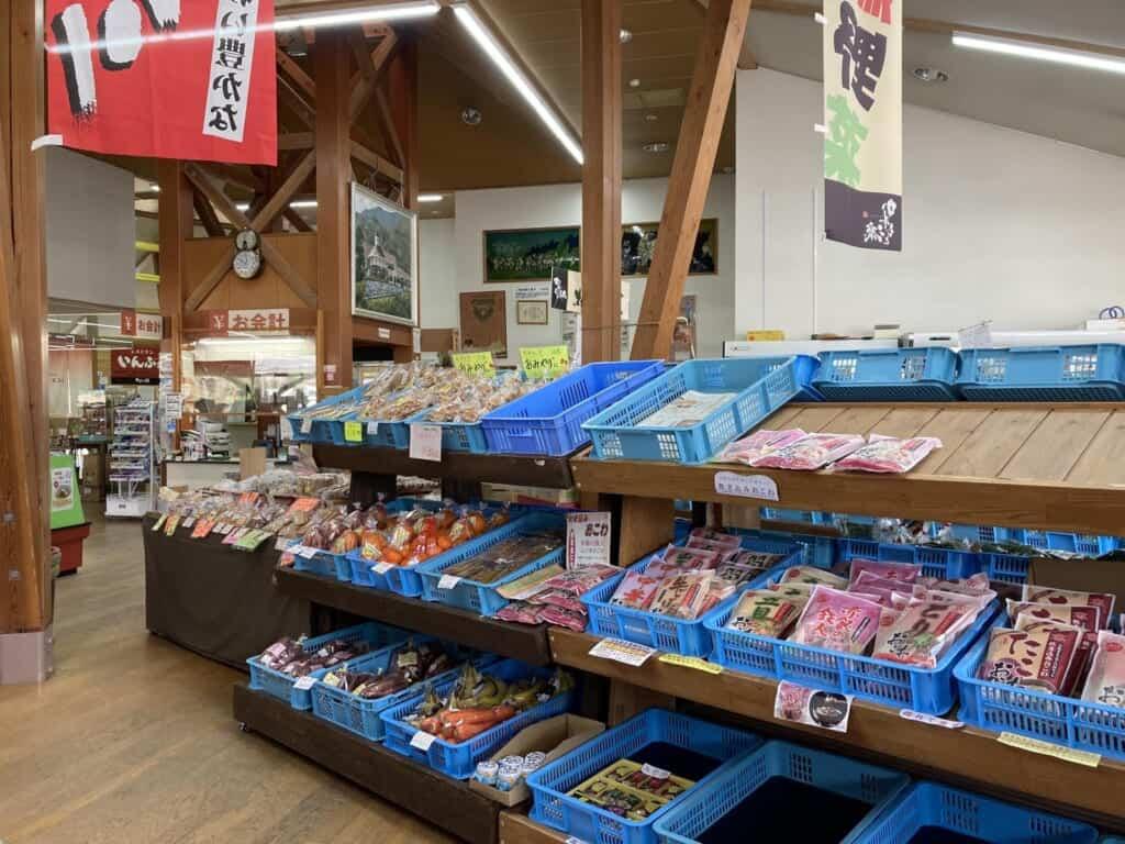 Im Informationszentrum Kawamoto werden lokale Produkte zum Verkauf angeboten.