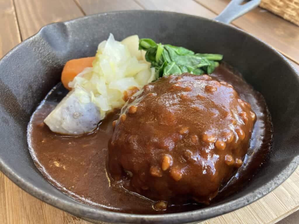 Ein Burger aus Schweinefleisch in dem Restaurant Kamuri.