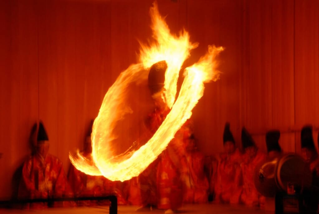 Eine traditionelle japanische Erfahrun: Feuertanz beim Himatsuri.