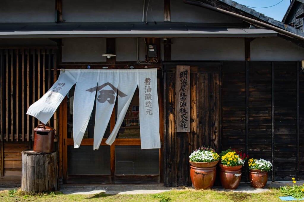 Meijiya Shoyu ist eine Fabrik, in der auf traditionelle Weise Sojasauce hergestellt wird.