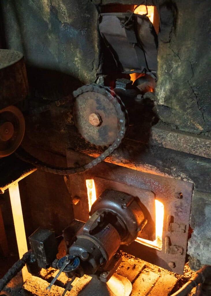 Traditionelle Maschinen in der Fabrik Meijiya Shoyu.