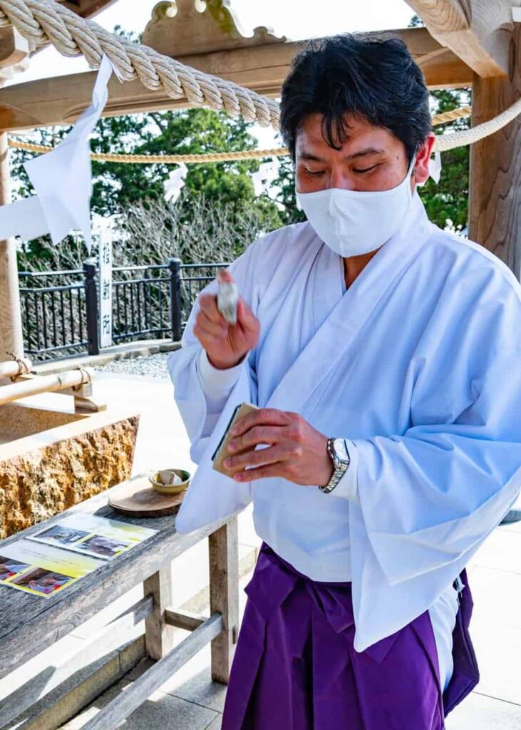 Priester am Schrein Akihasan Hongu Akiha Jinja in Hamamatsu.