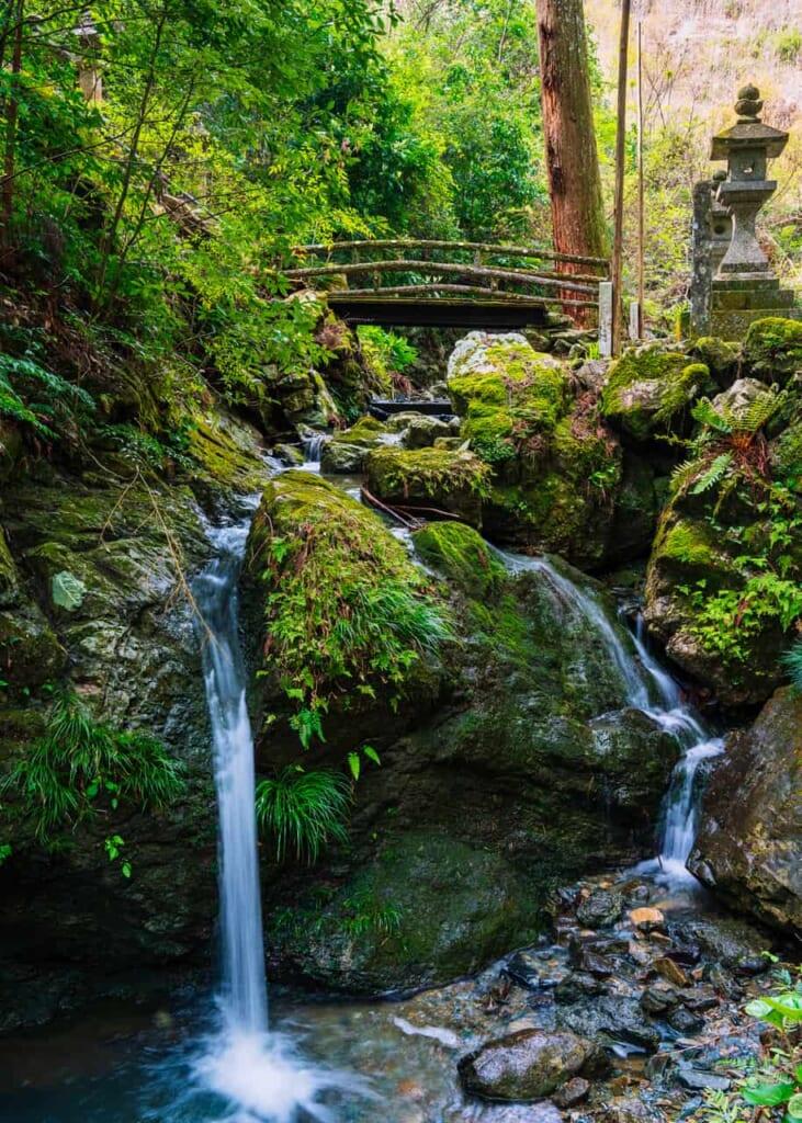 Eine traditionelle japanische Erfahrung: ein kleiner Wasserfall am Hoko-ji Tempel.
