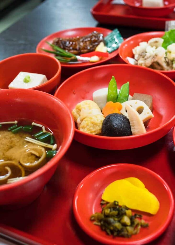 Einetraditionelle japanische Erfahrung: von Mönchen zubereitetes Essen.