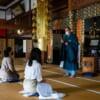 Eine traditionelle japanische Erfahrung: Zazen-Meditation im Hoko-ji Tempel.