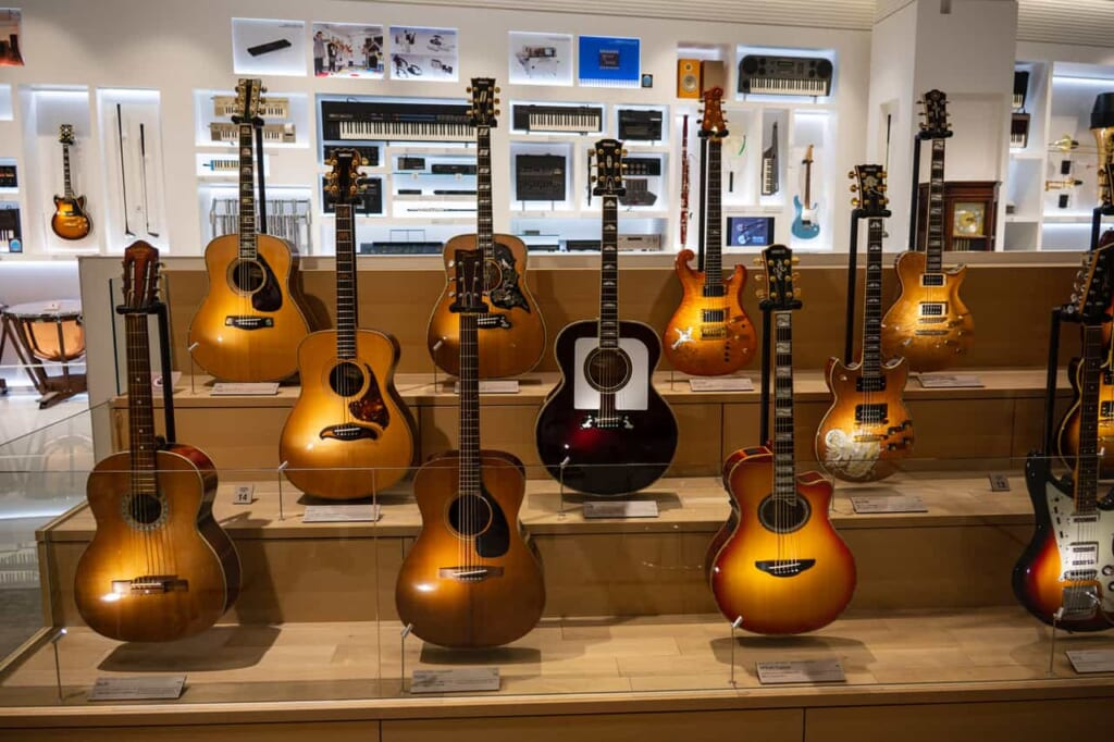 "Akustikgitarren im Museum ""Yamaha Innovation Road"" in Hamamatsu."