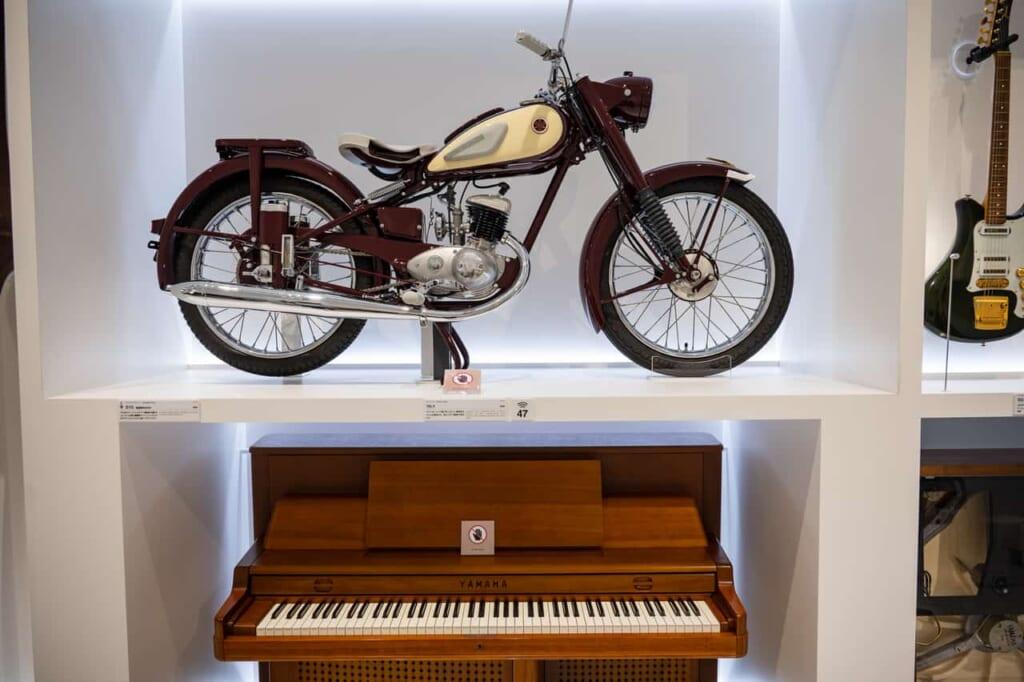 Ein Motorrad und Klavier von Yamaha.
