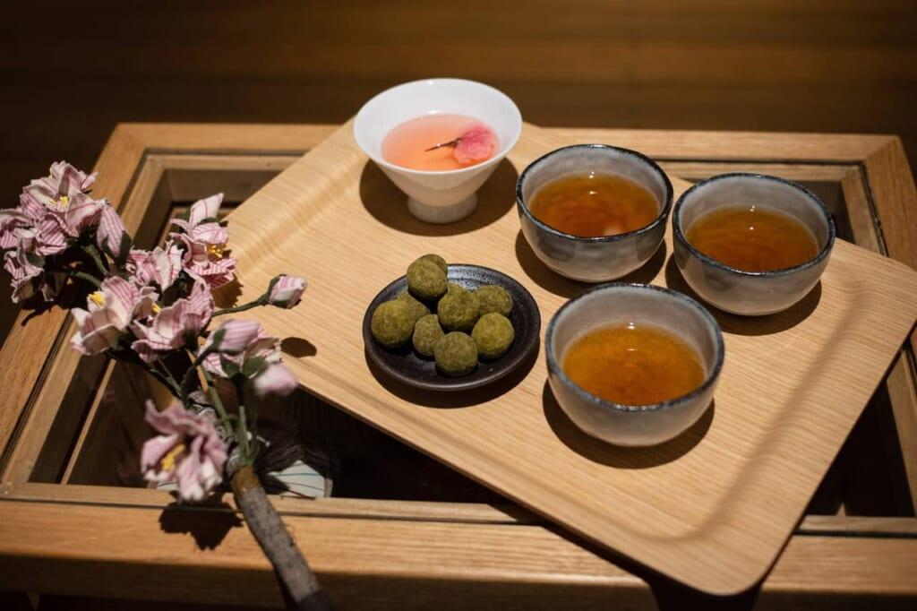 Tee und japanische Süßigkeiten im Hoshino Resort KAI Enshu.