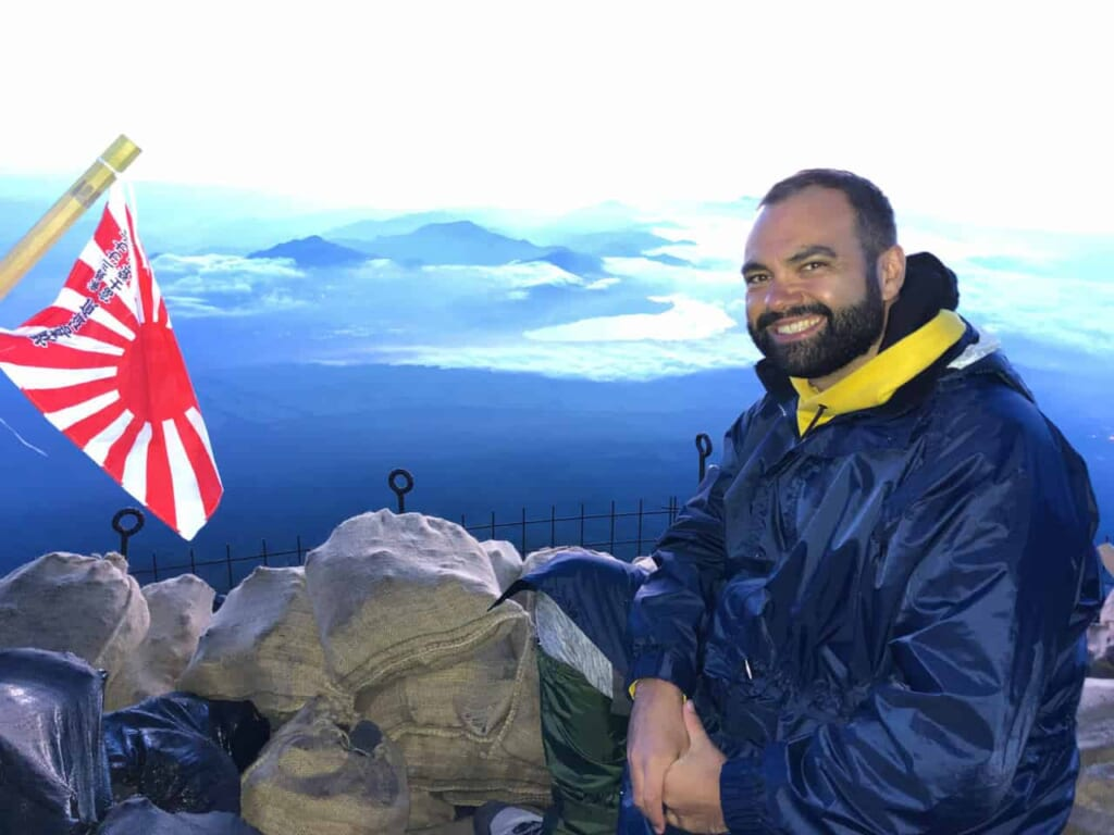 Besteigung des Fuji: Auf dem Gipfel mit der japanischen Flagge.