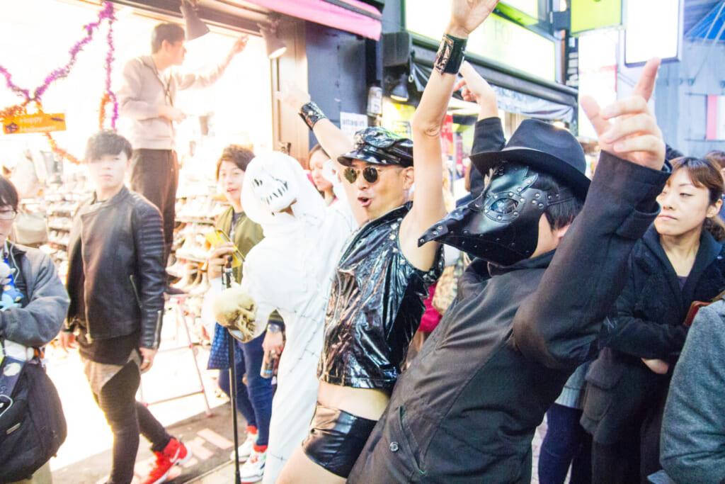 Halloween in Tokio: Als Hard Guy und Pest Doctor Kostümierte in Shibuya