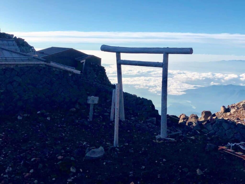 Besteigung des Fuji: Torii-Tore auf dem Weg zum Fuji.