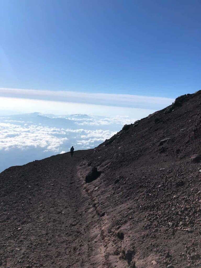 Die schwüle Temperatur nimmt beim Abstieg des Fuji zu.