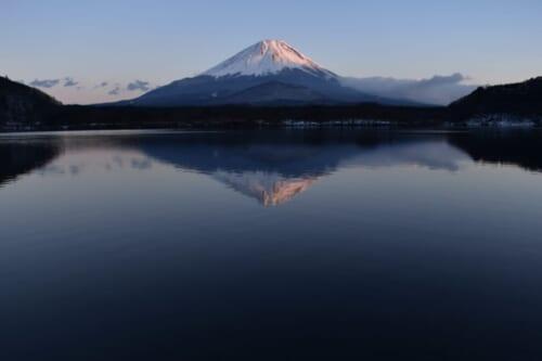 Blick auf den Berg Fuji vom See Shoji aus.