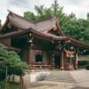 Die Unterschiede zwischen einem Tempel und einem Schrein in Japan.