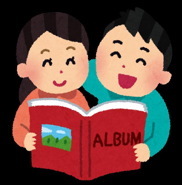 Ein Paar schaut sich ein Fotoalbum an.