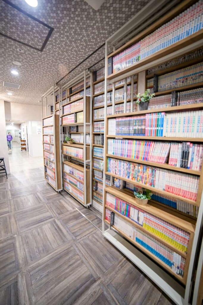 Mit Manga gefüllte Schränke in einem Manga-Café.