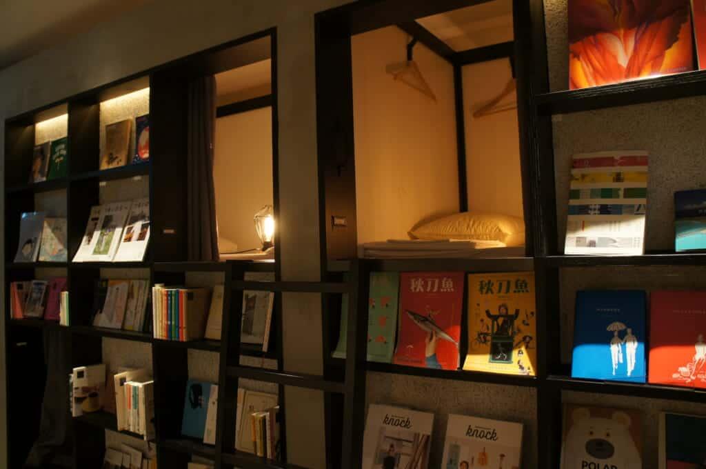 Kleine Betten in einem Manga-Café.